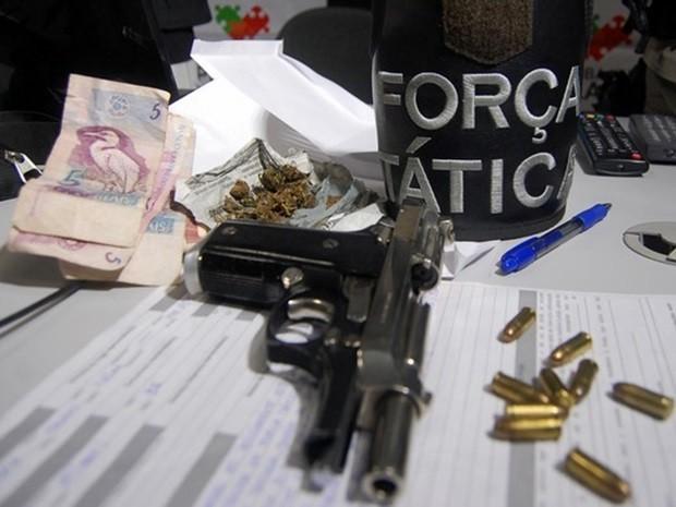 Um adolescente foi apreendido e um homem foi preso portando uma pistola, munições e drogas na entrada do PV neste domingo (6) (Foto: Silas Batista/G1)
