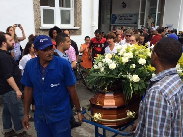 Família e amigos acompanham o caixão de Marília Pêra até o local do sepultamento (Foto: Cristina Boeckel/G1)