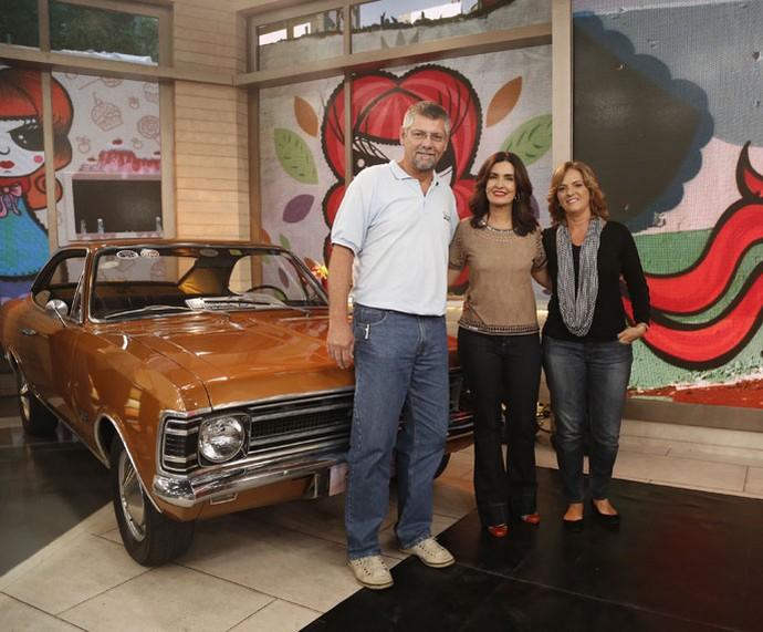 Casal tira foto com a Fátima ao lado do carro, xodó da família  (Foto: Raphael Dias/Gshow)