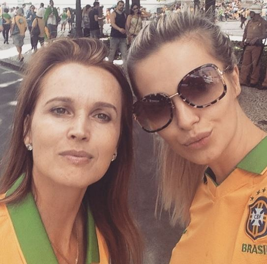 Veridiana Freitas e mãe em manifestação (Foto: Instagram / Reprodução)