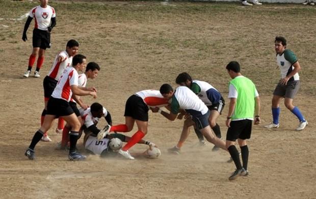 Jogador do Cães da Areia Rugby Clube disputa a bola (Foto: Divulgação/Cães da Areia Rugby Clube)