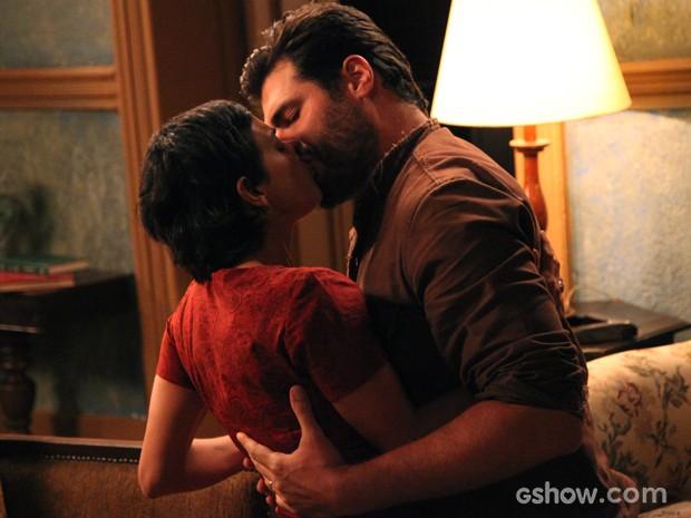 Toni cede aos encantos de Gaia e os dois se beijam (Foto: Carol Caminha/TV Globo)