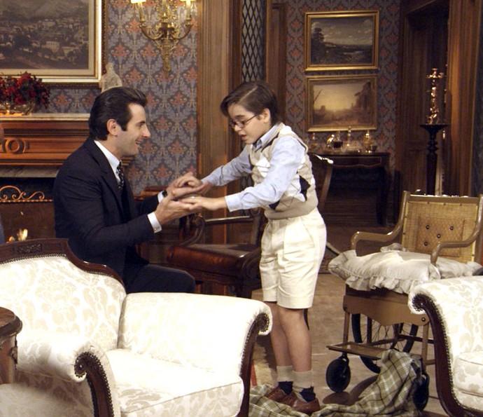 Araújo entra no quarto e vê Claudio de pé (Foto: TV Globo)