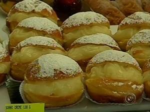 Sonho tradicional é recheado com creme branco (Foto: Reprodução/TV TEM)