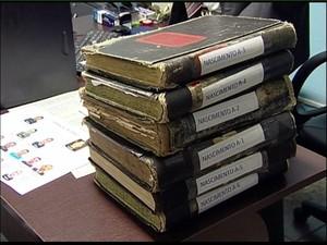 Foram encontrados livros de registro de nascimento adulterados.  (Foto: Reprodução/ TV Gazeta)