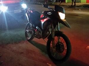 Moto usada por assaltantes caiu a corrente e foi deixada pra trás (Foto: Toni Francis/G1)