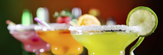 O álcool influencia a química do seu cérebro de maneira que faz você desejar comer alimentos mais calóricos (Foto: Think Stock)