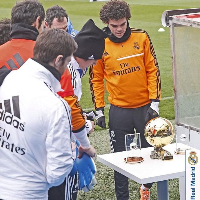 CR7 mostra troféu de melhor do mundo (Foto: Reprodução/Instagram)