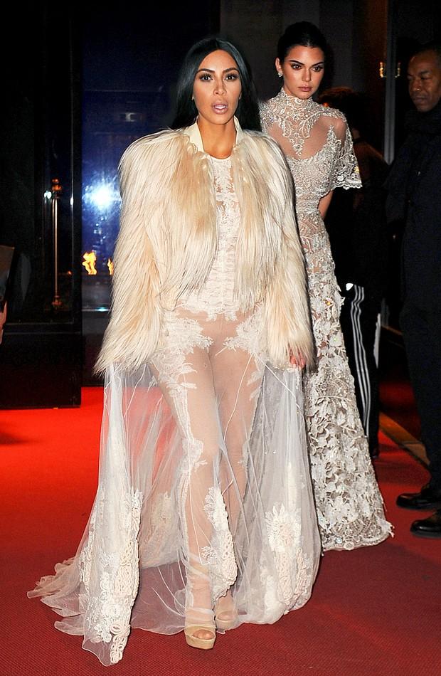 Kim Kardashian e Kendall Jenner no set do filme Ocean's Eight (Foto: Grosby Group)
