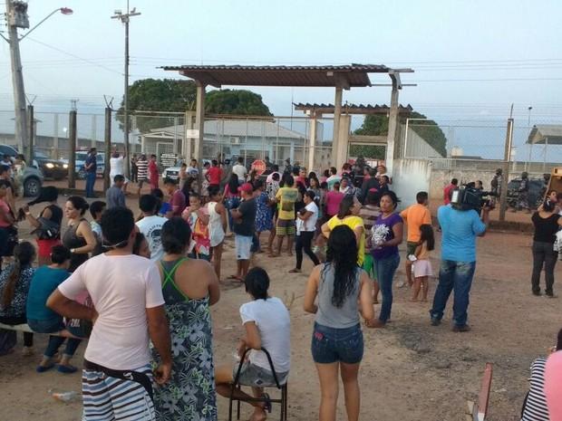 Familiares se aglomeraram em frente à penitenciária (Foto: Marcelo Marques/ G1 RR)