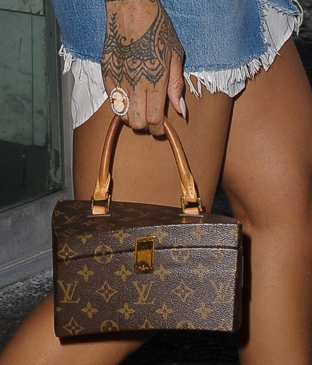 Rihanna apostou em bolsa da Louis Vuitton (Foto: AKM-GSI)