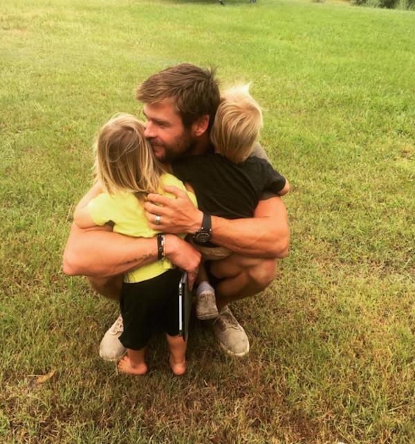 O ator Chris Hemsworth e seus filhos de dois anos (Foto: Instagram)