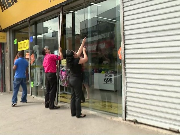 Comerciantes fecham lojas em Cachoeiro de Itapemirim (Foto: Reprodução/ TV Gazeta)