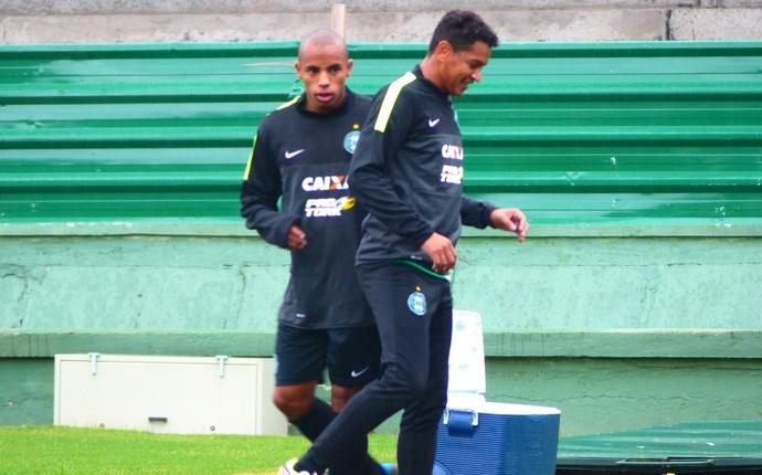 Reginaldo (à esquerda) e Jonatha Fumaça (à direita): reforços do Coritiba (Foto: Monique Silva)