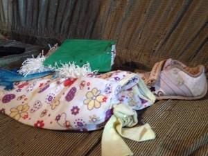 Sapato da criança morta dentro de casa em Amargosa, na Bahia (Foto: Ruan Melo/G1)