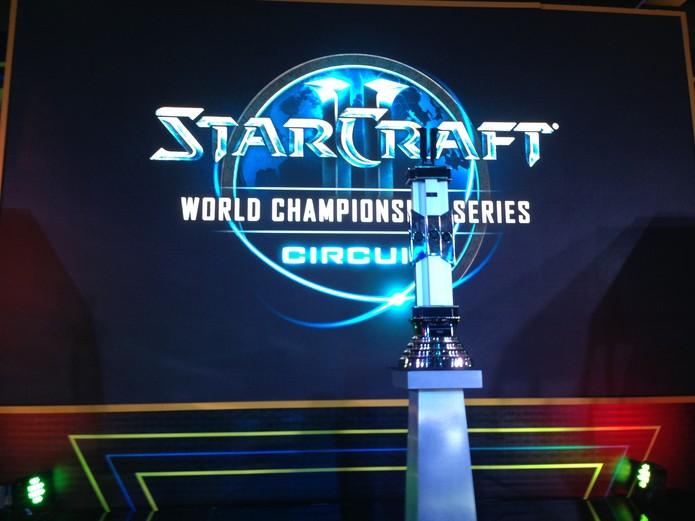 A taça da Copa Intercontinental de StarCraft 2 (Foto: Reprodução/Felipe Vinha)