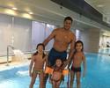 Hulk mostra dia de diversão com os filhos na piscina de casa