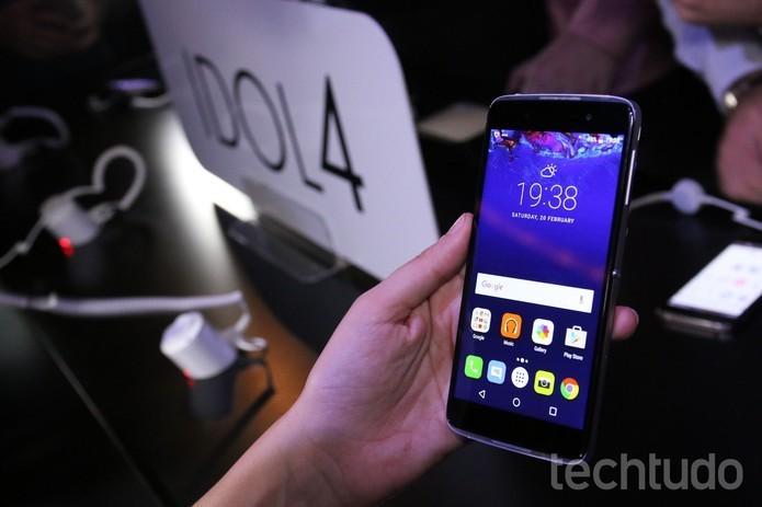 Idol 4 tem uma tela maior, com 5,2 polegadas Full HD (Foto: Fabricio Vitorino/TechTudo)