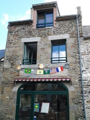 Bandeiras mostram celebração do aniversário da fundação de São Luís pelos franceses (Foto: Sidney Pereira)