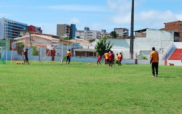 Jogadores do CRB treinam na Pajuçara antes da viagam para o Rio (Foto: Henrique Pereira/Globoesporte.com)