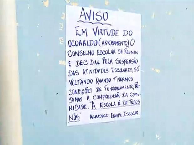 Aviso fixado na entrada da escola informa sobre o cancelamento das aulas (Foto: Reprodução/ Inter TV Cabugi)
