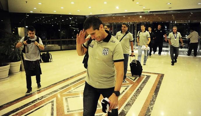 Ponte Preta chegada hotel Argentina (Foto: Marcos Ribolli / Globoesporte.com)