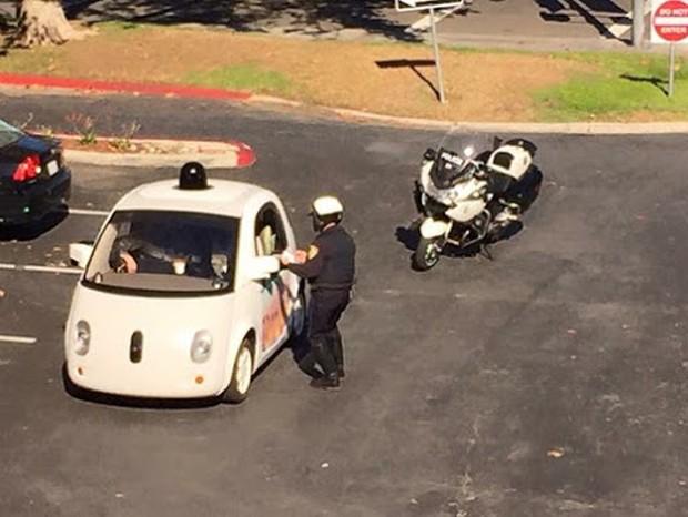 Veículo autônomo do Google sendo parado por um policial na Califórnia (Foto: Divulgação)