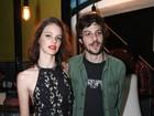 Chay Suede passa batom e beija Laura Neiva em vídeo sobre show