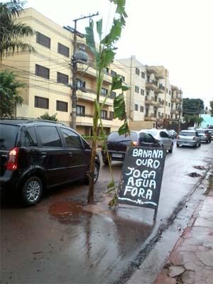 Morador da Rua Primo Tronco afirma que vazamento de água existe há mais de um mês (Foto: Edcarlos Edilson da Rocha/VC no G1)