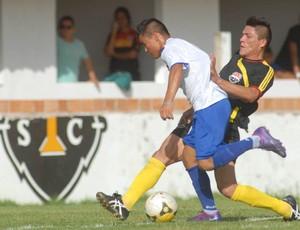 Charles (de preto, com detalhes em amarelo) fez a sua estreia pelo Santa Cruz (Foto: Antonio Cícero)
