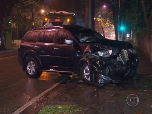 Carro ficou avariado após atropelamento na Gávea (Foto: Reprodução/TV Globo)