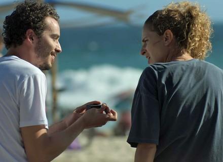 Cláudio dá anel de compromisso a Ivana