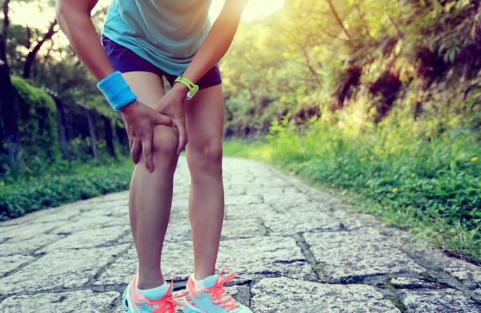 Mulher dor joelhos Euatleta (Foto: iStock Photo)