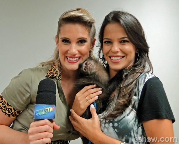 Karina Dohme e Marianne Bastos se encantaram com o macaco-prego (Foto: Domingão do Faustão/TV Globo)