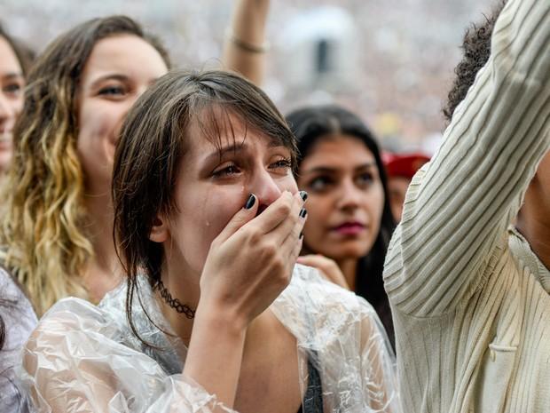 Fã dos ingleses do Kooks deixa escapar lágrimas durante a apresentação (Foto: Marcelo Brandt/G1)