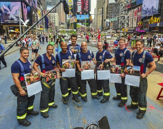 Após 100 candidatos inscritos, 12 foram selecionados para ilustrar as páginas do calendário 2014, que terá o lucro revertido para instituições de caridade (Foto: Divulgação/New York City Fire Department (FDNY))