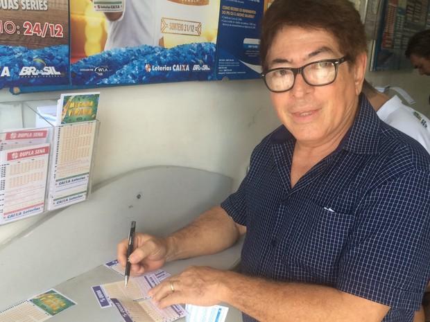 Washington Luiz Santos aposta na Mega da Virada há vários anos em Goiânia, Goiás (Foto: Vitor Santana/G1)