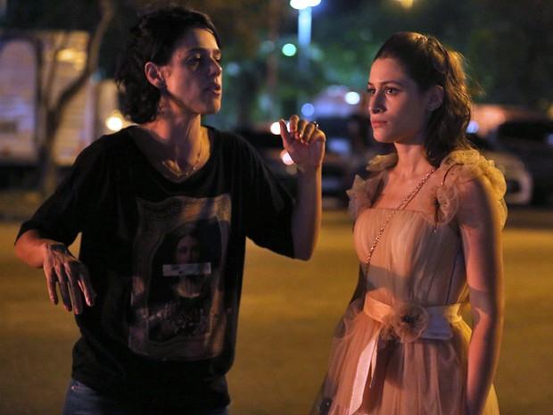 A diretora também dá instruções para Luisa Arraes, par romântico de Chay na trama (Foto: Pedro Curi / Gshow)