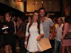 Nicole Bahls reencontra ex-namorado em estreia de peça no Rio