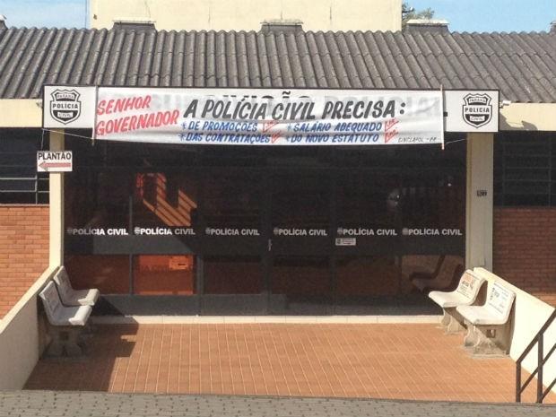 Em Ponta Grossa, policiais fecharam a delegacia e colocaram uma faixa com as reivindicações  (Foto: Joel Nascimento/RPC TV)