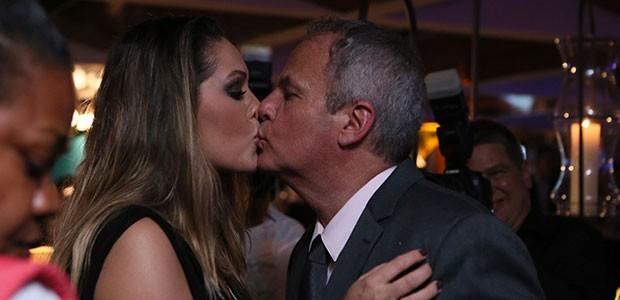 Jayme Monjardim ganha selinho da esposa Tânia Mara na festa (Foto: Isabella Pinheiro/Gshow)