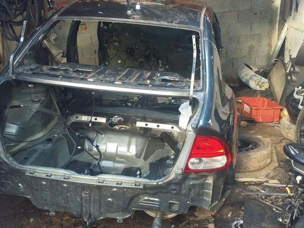 Polícia encontrou no local veículos e peças automotivas (Foto: Polícia Militar/ divulgação)