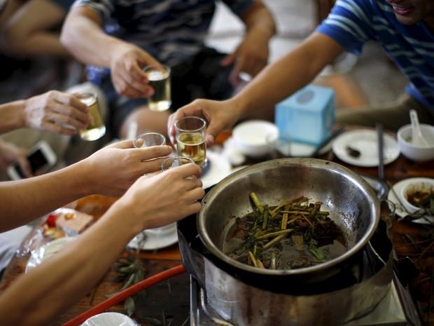 Prato feito com carne de cachorro é servido em festival chines neste sábado (20) (Foto: Reuters/Kim Kyung-Hoon)