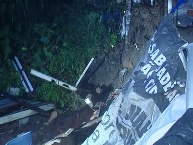 Muro de contenção cedeu e atingiu residência em Florianópolis  (Foto: Reprodução/RBS TV)