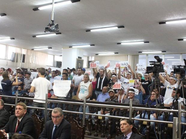 Pessoas favoráveis e contrárias ao projeto lotaram o plenário  (Foto: Câmara Municipal de Jaú/ Divulgação)