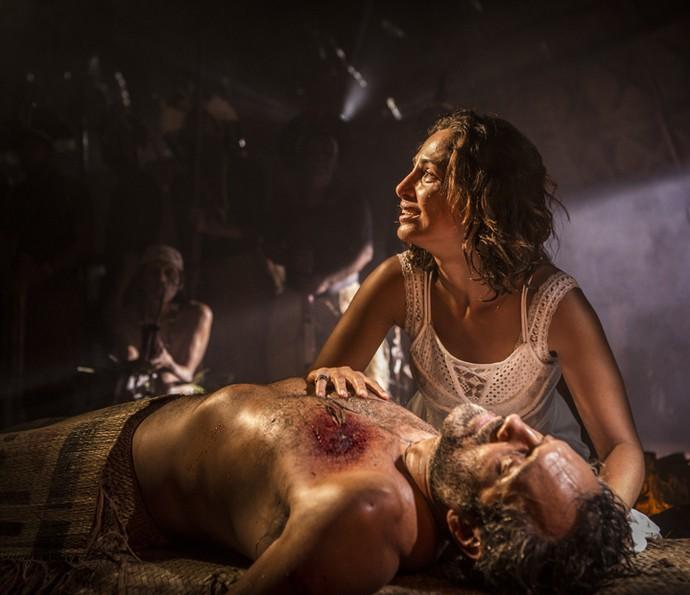Tereza fica aflita ao ver que Santo não reage (Foto: Inácio Moraes/ Gshow)