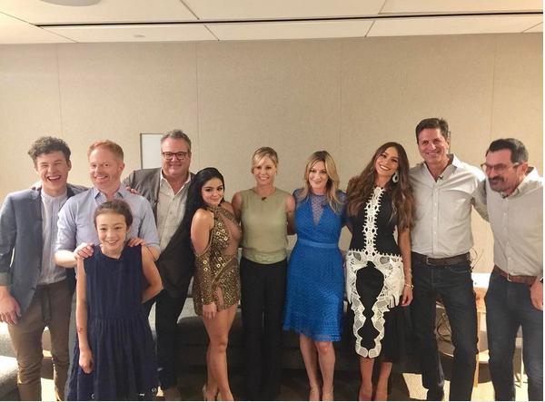 A atriz Ariel Winter com seus colegas de elenco (Foto: Instagram)