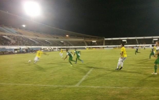 Lance entre Cene e Coritiba pela primeira fase da Copa do Brasil, no estádio Morenão (Foto: Fernando Henryque)