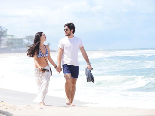 Isis Valverde e Marco Pigossi gravam em sintonia nas areais da Praia da Macumba (Foto: Raphael Dias/TV Globo)