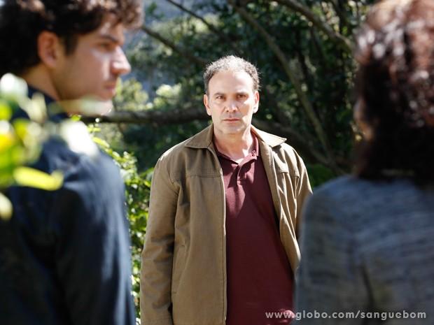 Bento e Wilson ficam chocados com a revelação e olham direto para Glória (Foto: Pedro Curi/TV Globo)